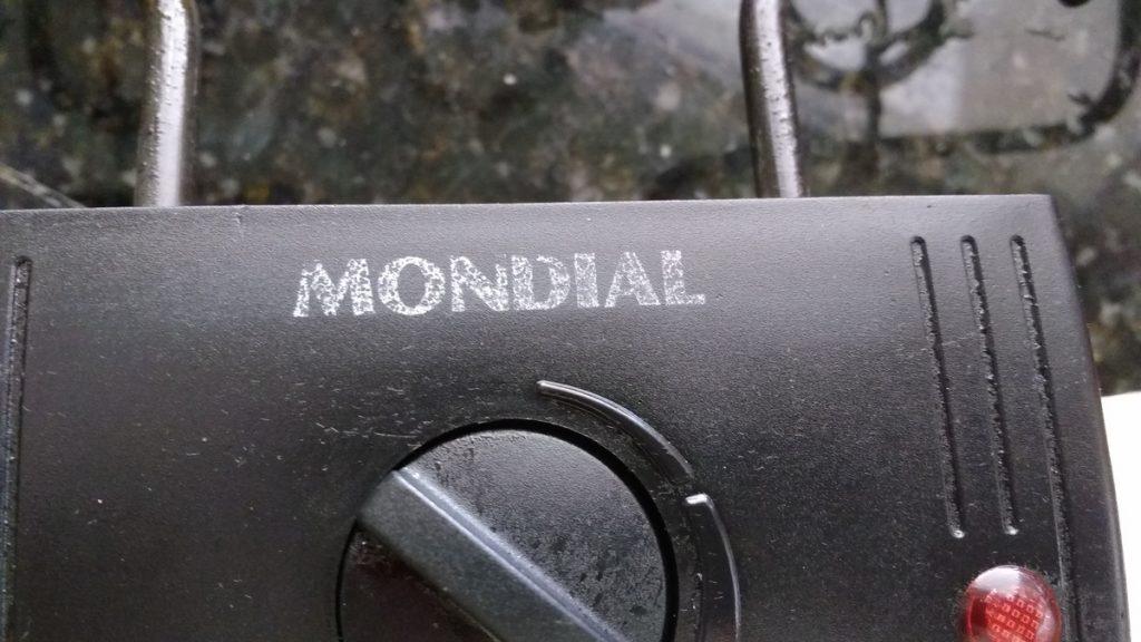 Logomarca quase apagada da Mondial após primeira limpeza da churrasqueira Weekend II